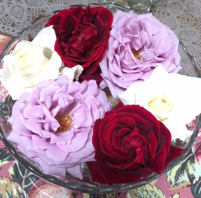 バラを水盤に浮かべました