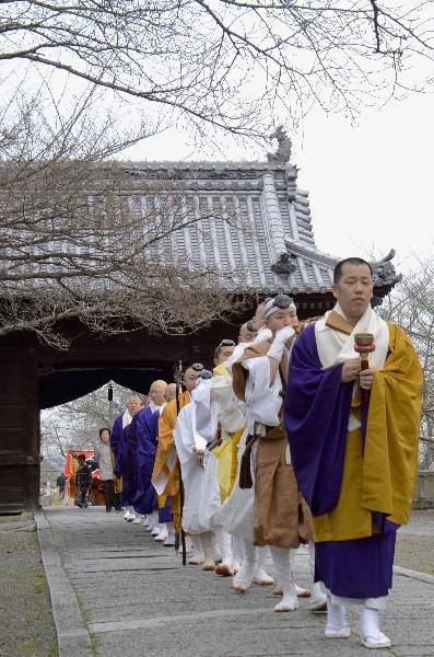 西条市 久妙寺の火渡り