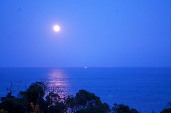 南紀勝浦 月と太平洋を望む自然風景