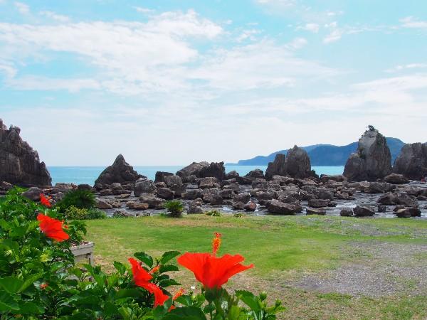 串本町にある  橋の杭だけが立っているように見える奇岩群