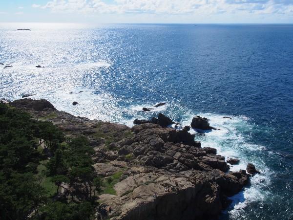 景勝地として知られる日御碕は、海岸線に沿って遊歩道も整備