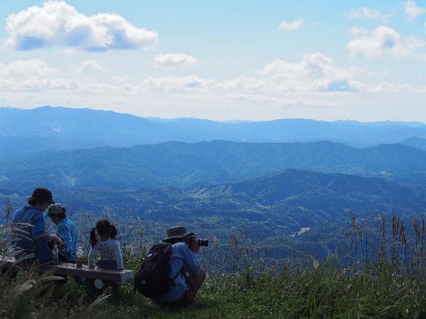 東の原 絶景を眺める 女三瓶山頂
