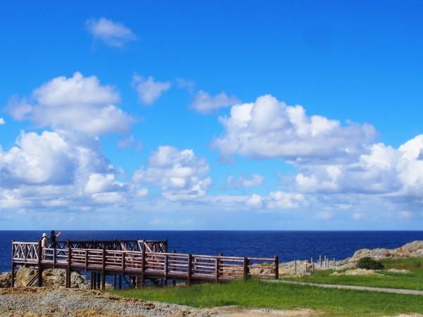 青い海に奇岩や絶壁が続く、景勝地日御碕(大山隠岐国立公園)