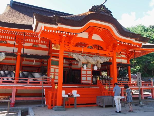 日御碕灯台へ続くドライブウェイの途中  朱の社殿 日御碕神社