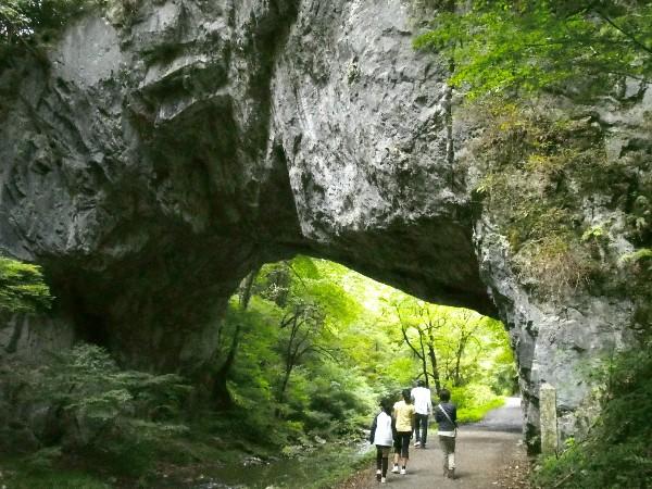 永年の渓水の浸食作用によってできた、長さ約90m、幅約