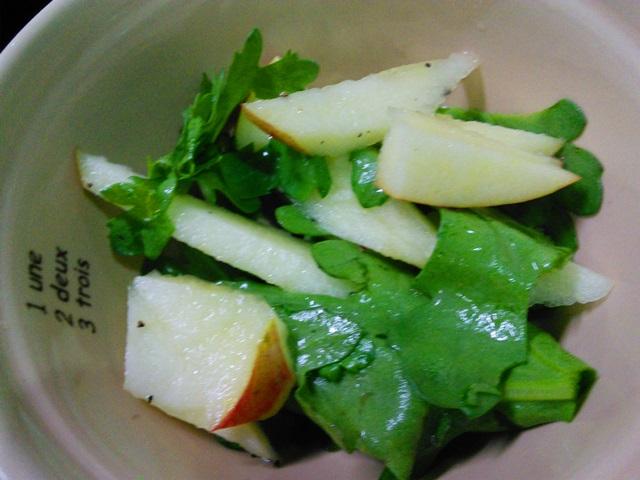 リンゴと春菊の黒粒胡椒和え