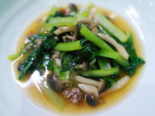 小松菜としめじの肉そぼろ炒め