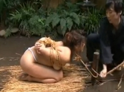 白いふんどし女を荒縄で縛りあげ、庭先で浣腸。調教前のキュっと締まったアナルに浣腸器がブスリw無料アダルト動画 TokyoTube