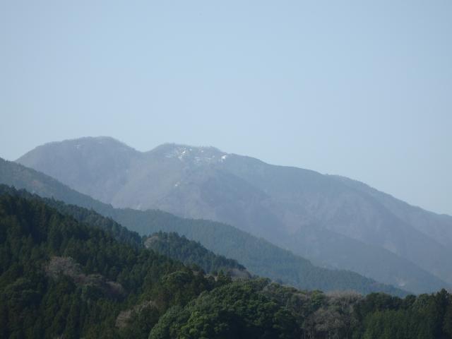 神山町役場付近から砥石権現を仰ぎ見る