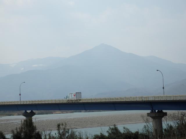 瀬詰大橋の、吉野川北岸から阿波富士を眺む