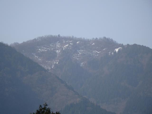 山頂には雪が残る