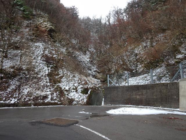 剣山スキー場あたりから前日の雪が残っている