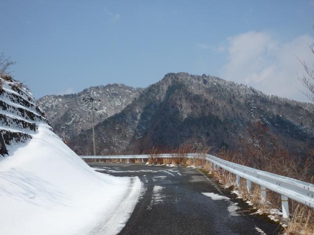海抜830m地点から高越山山頂を眺む