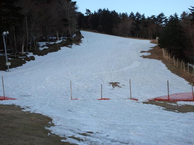 ゲレンデに少し雪が残る
