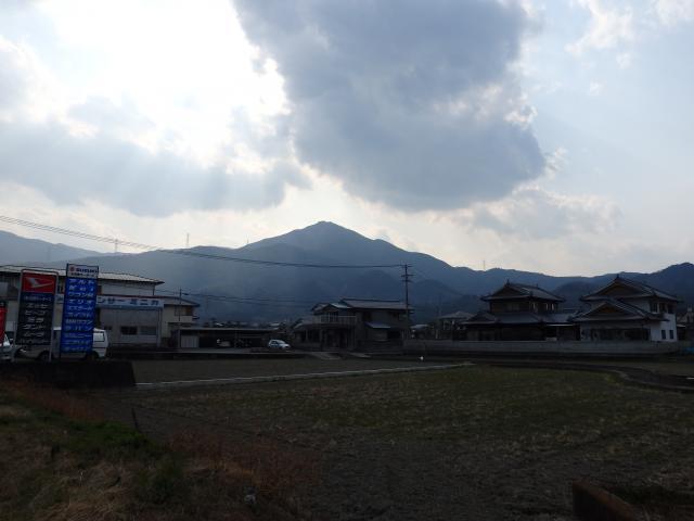 山麓から高越山を見上げる