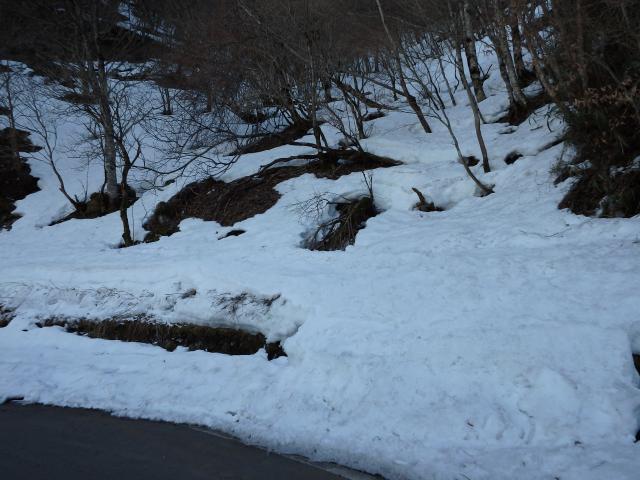 山の斜面にも雪が残る