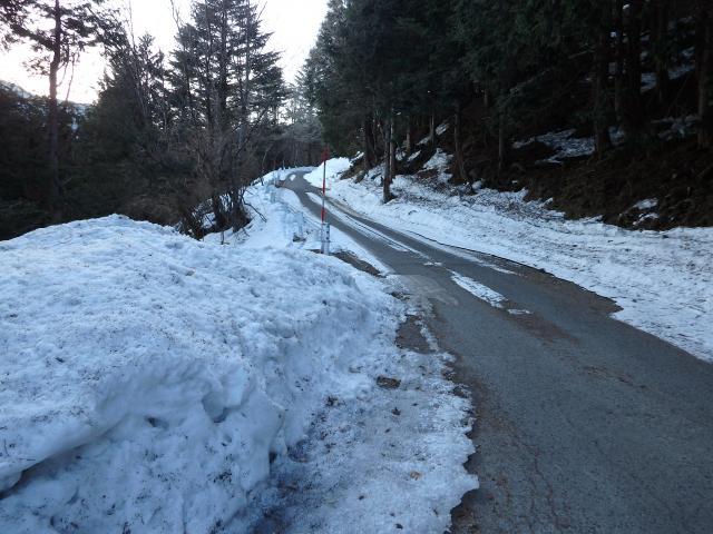 路面は若干凍結している