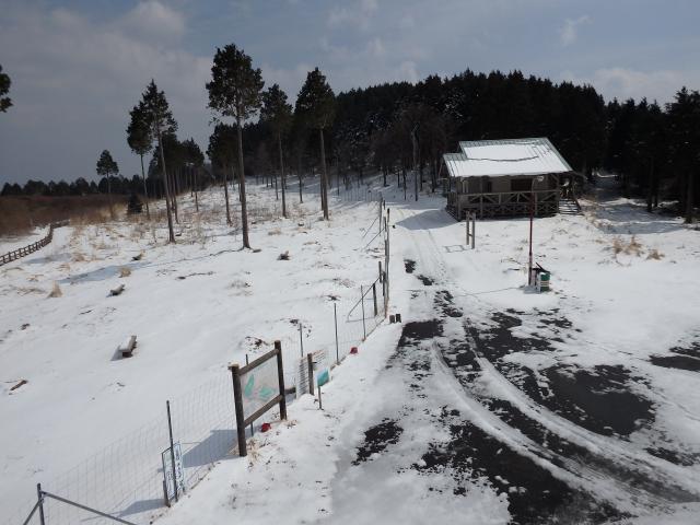 雪の消えている所もある