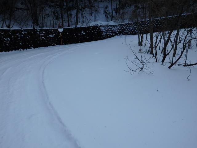 登山車道が完全に雪に覆われた