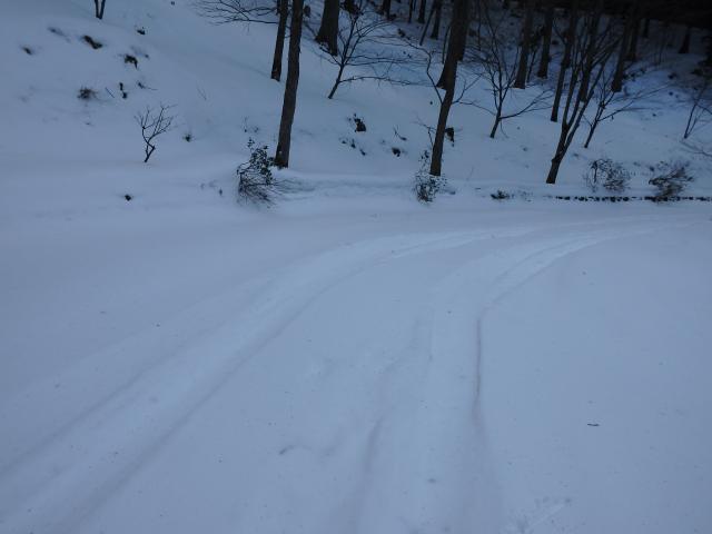 駐車場から先は積雪が多い