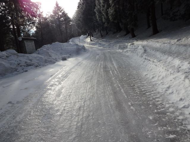 路面は凍結が著しい