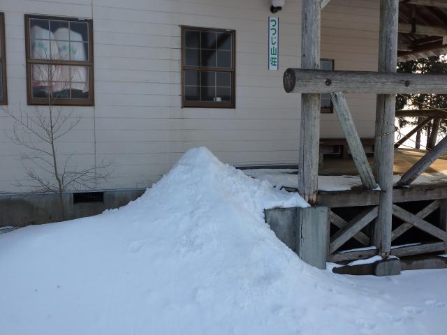 山荘の前を雪が塞ぐ
