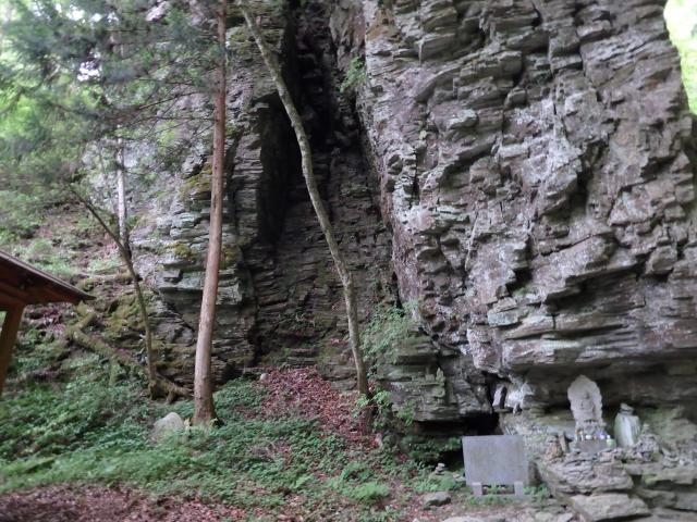 巨岩の根には不動明王が祀られている