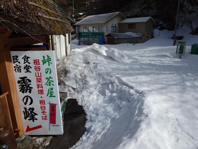 土産物屋が雪に埋まる