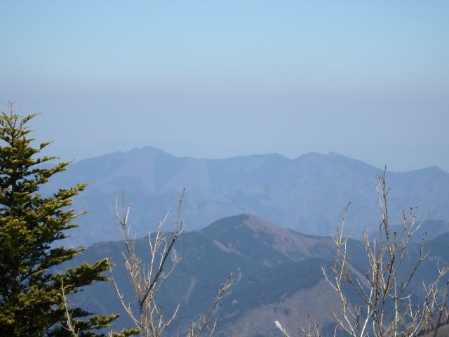 北東方向に高越山が見える