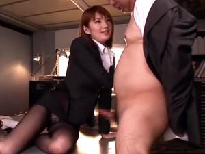 上司を誘惑してフェラ抜きしちゃう美人痴女OL!