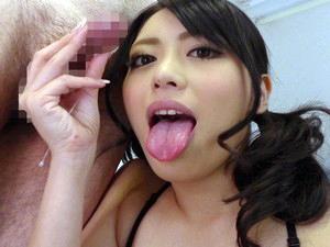 淫乱おもらし娘の桜井あゆが男たちに小便潮を浴びせまくる!