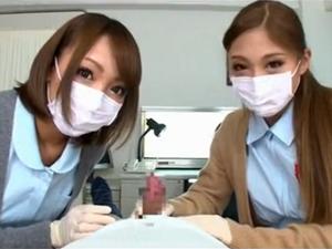 医療用マスクの痴女ナース2人がチンポを消毒して医療用ゴム手袋で手コキ