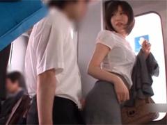 電車で学生に逆痴漢してチンポを引きずり出し立ち手コキ&尻コキする痴女