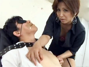 部長を完全拘束して下品な言葉を浴びせ乳首を抓り上げチンポを弄ぶ痴女OL
