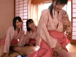 温泉宿のバイトの仲居3人が逆ギレ逆レイプ!従業員に顔面騎乗しながらチンポ抜き!