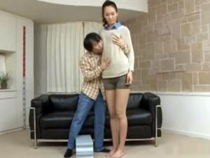 圧倒的身長差!!小男が長身お姉さんの全身を舐めまわす!