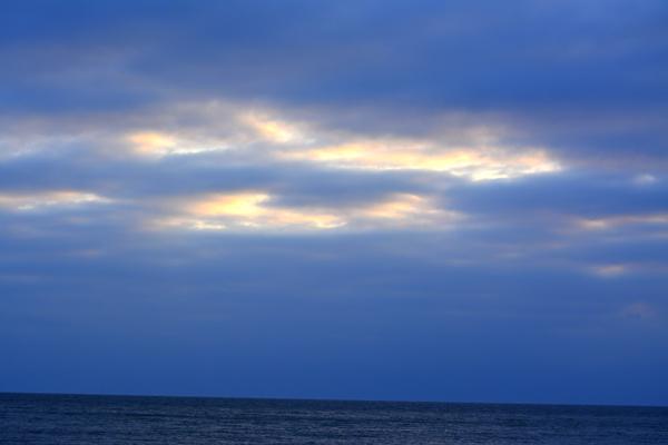 春の海と雲