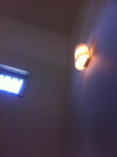 20120508003_U字階段途中の照明