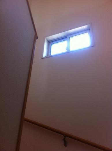 20120508002_階段途中の窓