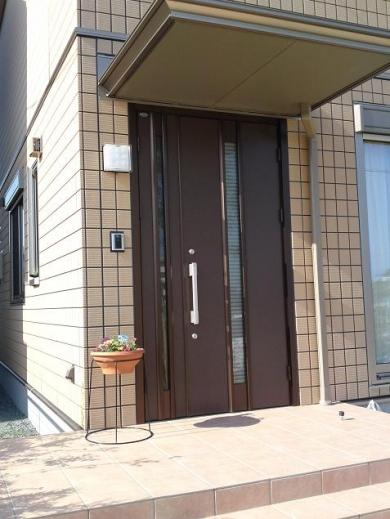 20120507001_玄関と花