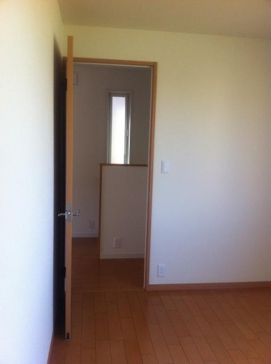 20120511002_子供部屋の中から見たドア