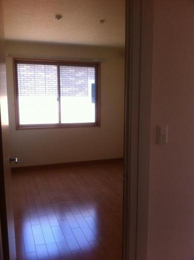 20120512001_子供部屋あけてすぐの窓