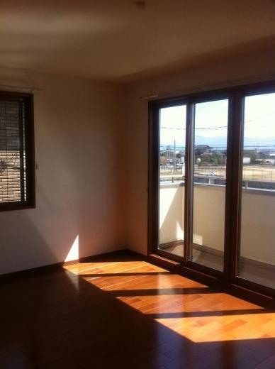 20120516004_寝室南側の大きな窓