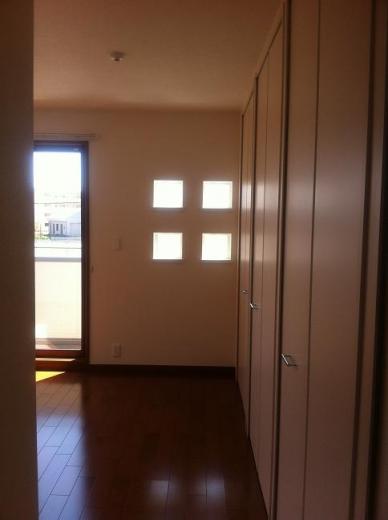 20120517001_寝室に入って右側は一面収納