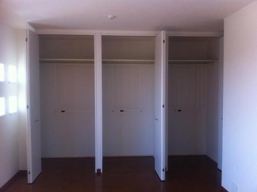 20120517002_寝室クローゼットを開けた様子
