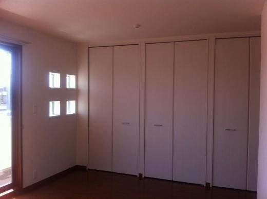 20120518001_寝室のアクセント小窓