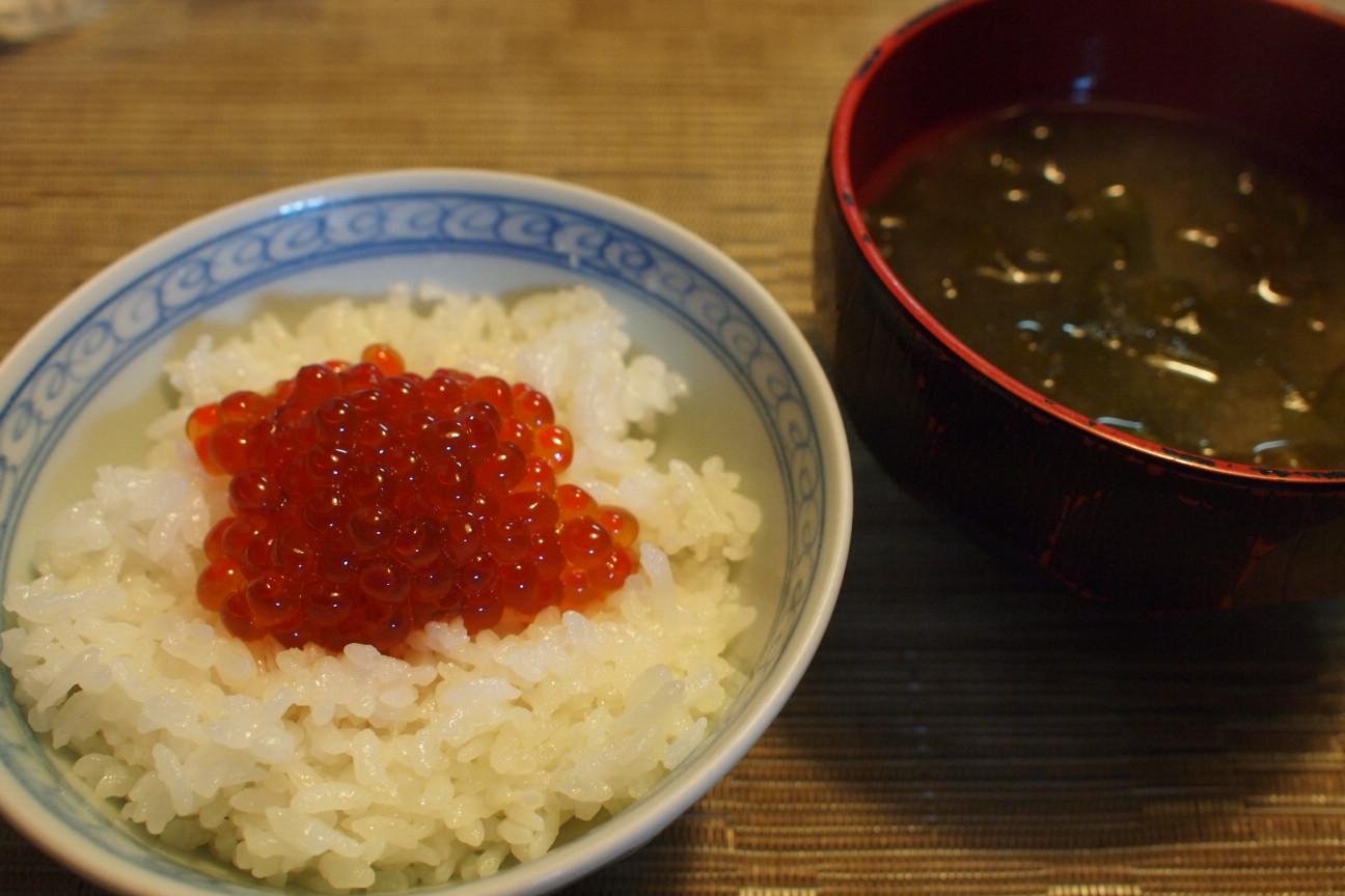 いくらご飯と仏の耳の味噌汁