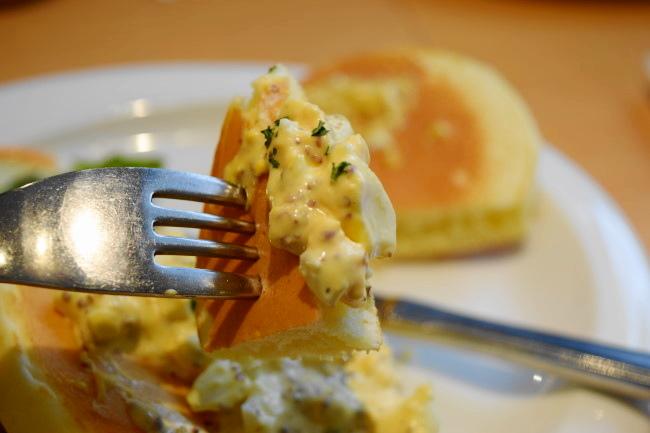 チキンと卵のパンケーキ 卵 持ち上げ
