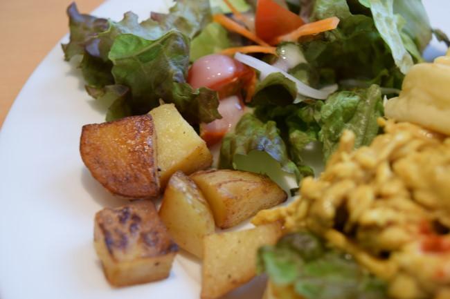 チキンと卵のパンケーキ サラダ