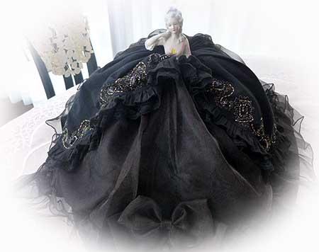 黒いドレスのコジ-